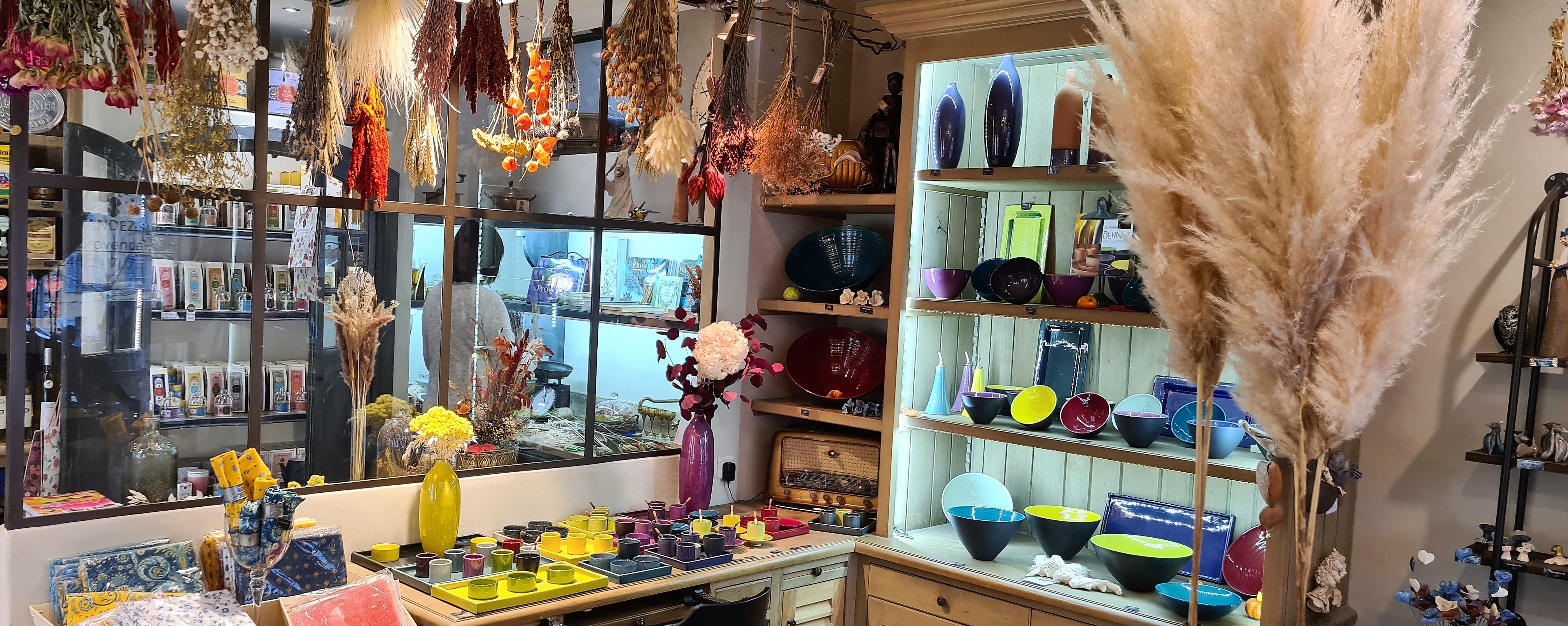Un grand choix de céramiques colorées et originales, toutes fait-main par Atelier Bernex installé à Aubagne dans les Bouches du Rhône.